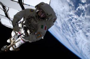 El astronauta italiano Luca Parmitano vuela sobre la tierra unido al brazo robótico Canadarm2 de la Estación Espacial Internacional (ISS). Foto / EFE