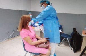 Más de 500 personas acudieron al primer día de vacunación. Foto: Diómedes Sánchez