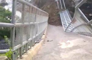 Las lluvias socavaron las bases del puente, provocando su caída. Foto: José Vásquez