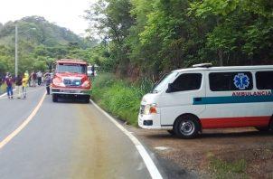 Un camión y una ambulancia del Cuerpo de Bomberos en el sitio de la tragedia. Foto: Thays Domínguez.