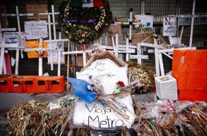 Vista de flores y mensajes en la entrada de la estación Olivos de la línea 12 del metro, en Ciudad de México (México). EFE