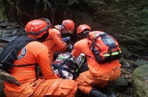 Héctor Martínez fue ubicado en un terreno quebradizo por algunas personas que apoyaban en las labores de búsqueda y rescate. Foto: Cortesía Sinaproc