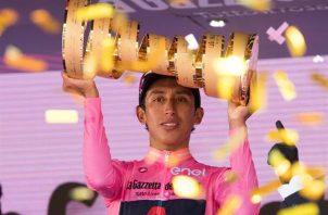 El ciclista colombiano Egan Bernal celebra tras ganar el Giro de Italia, el 30 de mayo de 2021.  Foto: EFE