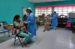 Las mujeres de 30 a 50 años por ahora no tienen disponibilidad para vacunarse contra la covid-19. Foto: Cortesía Minsa