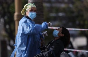 Personas se realizan un testeo de la covid-19 en una plaza de Buenos Aires (Argentina). Foto:EFE