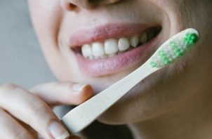 Los hábitos de higiene son imprescindibles para una buena salud bucodental. Foto: Ilustrativa / Pexels