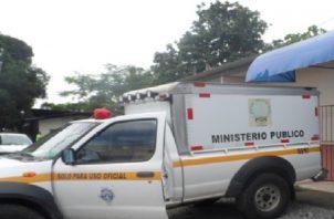 El Ministerio Público y funcionarios del Instituto de Medicina Legal quienes realizaron el levantamiento del cadáver y ordenaron su traslado a la morgue judicial en el distrito de David. Foto: José Vásquez