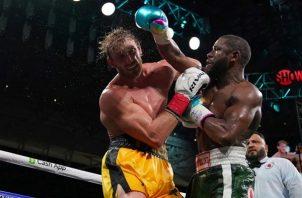 Floyd Mayweather conecta un golpe a Logan Paul. Foto:EFE