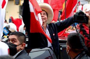 El candidato presidencial Pedro Castillo celebra junto a sus simpatizantes tras el reciente recuento de votos de las elecciones presidenciales. EFE