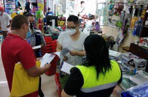 Funcionarios del Ministerio de Trabajo realizan inspecciones a las empresas para, entre otras cosas, garantizar que no laboren menores. Foto: Cortesía Mitradel