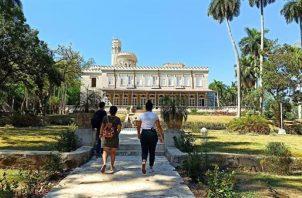 Fotos tomadas el 4 de junio de 2021 que muestra a varias personas que caminan por el jardín de la Finca de los Monos, en La Habana. Foto:EFE
