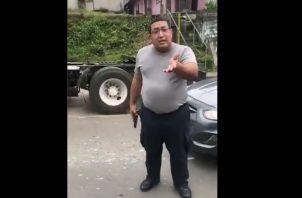 El agente policial, con arma de fuego en mano, no le importó que lo estuvieran grabando.