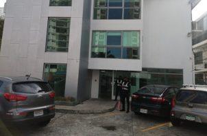 Unidades de la Policía Nacional durante el allanamiento en el edificio de Coco Del Mar Suites. Foto: Cortesía Ministerio Público