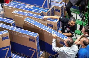 Decenas de personas compran televisores en un supermercado de Sao Paulo (Brasil). Foto:EFE