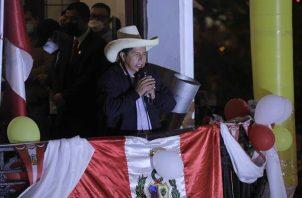 El candidato presidencial Pedro Castillo se dirige a sus seguidores mientras se esperan los resultados electorales el 7 de junio. EFE