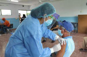 Se vacuna a mayores de 60 años, embarazadas, madres lactantes y educadores. Foto: José Vásquez