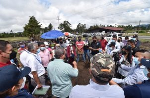 El ministro Rogelio Paredes inspeccionó los terrenos donde se construirá el proyecto Urbanización Paso Ancho. Foto: Mayra Madrid