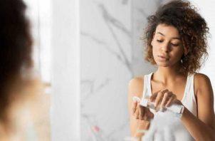 El agua micelar es un cosmético que contiene micelas, unas moléculas que atraen suciedad y sebo, y limpian la piel sin agredirla. Foto: Ilustrativa / Pixabay