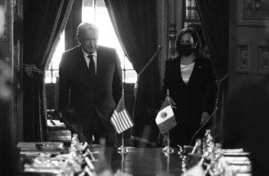 El presidente de México Andrés Manuel López Obrador y la vicepresidenta de EEUU., Kamala Harris, en el Palacio Nacional de México, durante la firma de un memorándum de cooperación migratoria en Centroamérica. Foto: EFE.