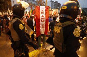 Seguidores del candidato presidencial Pedro Castillo protestan frente al Jurado Nacional de Elecciones (JNE), en Lima, Perú. Foto: EFE