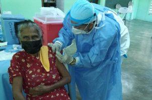 Personal de enfermería aplicó hoy la segunda dosis de la vacuna Pfizer contra la covid-19 en el Colegio de Corozo, en Chiriquí. Foto: Cortesía Caja de Seguro Social
