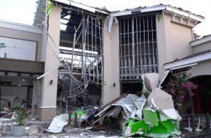 La explosión causó daños severos a la fachada del local y también en el interior. Foto: Eric Montenegro