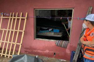 En Panamá Oeste las personas sacan el agua de sus viviendas. Foto: Eric Montenegro
