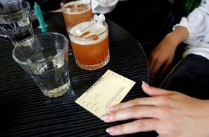 La vacunación se realizaría en los bares y restaurantes. Foto: EFE