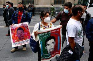 Padres de los 43 jóvenes desaparecidos de Ayotzinapa salen del Palacio Nacional, luego de una reunión con el presidente de México, Andrés Manuel López Obrador, en la Ciudad de México. EFE
