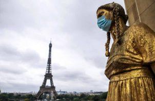 Estatuas doradas de Trocadero con mascarillas en París, Francia. Foto: EFE