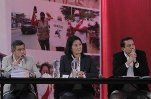 La candidata presidencial derechista por el partido Fuerza Popular, Keiko Fujimori, habla junto a sus asesores Miguel Torres (d) y Luis Galarreta (i), durante una rueda de prensa desde su local partidario en el centro de Lima (Perú). EFE