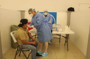 En el puesto de vacunación de Westland Mall, en el distrito de Arraiján, se han aplicado 3,326 dosis  en tres días. Foto. Eric Montenegro