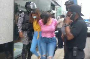 Ambas jóvenes fueron esposadas y trasladadas por la Policía Nacional. Foto: Diómedes Sánchez