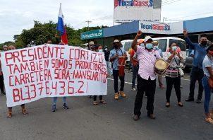 Los moradores de Manglarito le exigen al MOP una pronta respuesta sobre la carretera. Foto: Eric Montenegro