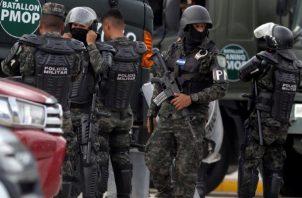Una granada lanzada, supuestamente por miembros de una de las pandillas M-13 y M-18, causó la muerte a los cinco reclusos en Honduras. Foto: EFE