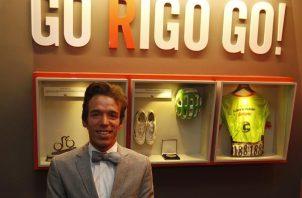 En la imagen, el ciclista colombiano Rigoberto Urán en una tienda de su marca de ropa deportiva 'Go Rigo Go', en Medellín (Colombia) . EFE