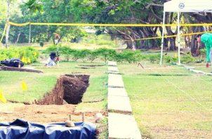 Exhumaciones de las víctimas de la invasión se realizan en el Jardín de Paz.