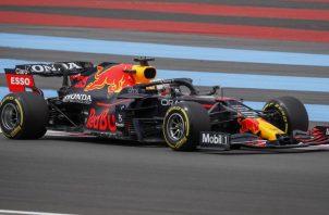 Max Verstappen obtuvo ayer la pole y este domingo espera ampliar su ventaja con Lewis Hamilton, que saldrá segundo en Francia. EFE