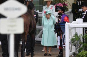 La soberana, muy sonriente, fue fotografiada saludando a los congregados.