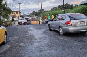 El cierre de la vía por los moradores ocasionó un tranque vehicular. Foto: Diómedes Sánchez