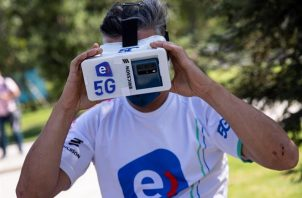 Un ciclista se prepara para realizar una prueba de conexión a la red 5G. Foto:EFE
