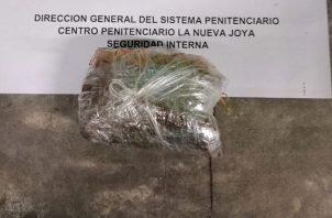 Paquete con supuesta droga que fue lanzada con un dron en La Nueva Joya. Foto: Cortesía @PenitenciarioPA