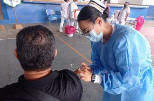 Personal de salud continúa aplicando vacunas contra la covid-19 en diferentes puntos del país. Foto: Cortesía Minsa
