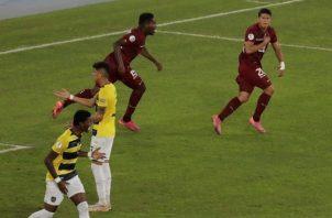 Ronald Hernández (d) de Venezuela celebra hoy tras anotar contra Ecuador, durante un partido por el grupo B de la Copa América en el Estadio Olímpico Nilton Santos de Río de Janeiro (Brasil). EFE