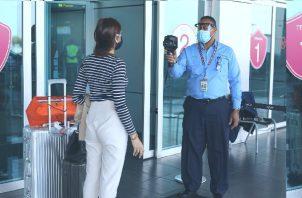 Viajeros positivos para covid-19 en el Aeropuerto Internacional de Tocumen. Foto: Cortesía Aeropuerto