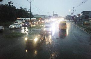 Desde tempranas horas de la madrugada del lunes, miles de vehículos se vieron afectados por la fuerte lluvia. Foto Diomedes Sánchez