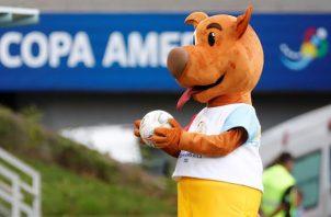 La mascota de la Copa América, Pibe, posa con un balón hoy, antes de un partido por el grupo A de la Copa América entre Uruguay y Chile en el estadio Arena Pantanal en Cuiabá (Brasil). Foto: EFE