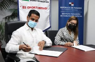 El director general de la Ampyme, Oscar Ramos Jirón, y la directora general del Iphe, Marisa Mercedes Canales Díaz, firmaron el convenio.