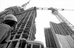 La construcción de los edificios multifamiliares en referencia, por lo general, se inician con la demolición de las antiguas estructuras unifamiliares. Foto: EFE.
