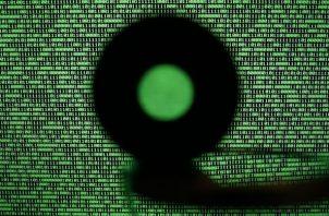 Una pantalla de ordenador muestra un código binario. Foto: EFE
